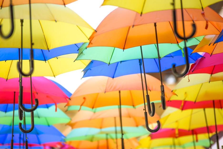 kolorowe parasole tańczące na wietrze