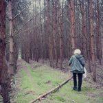 Grzybobranie piękno natury niektórzy lubią samotnie szukać darów lasu