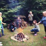 Grzybobranie piękno natury wszyscy gromadzą się przy ognisku